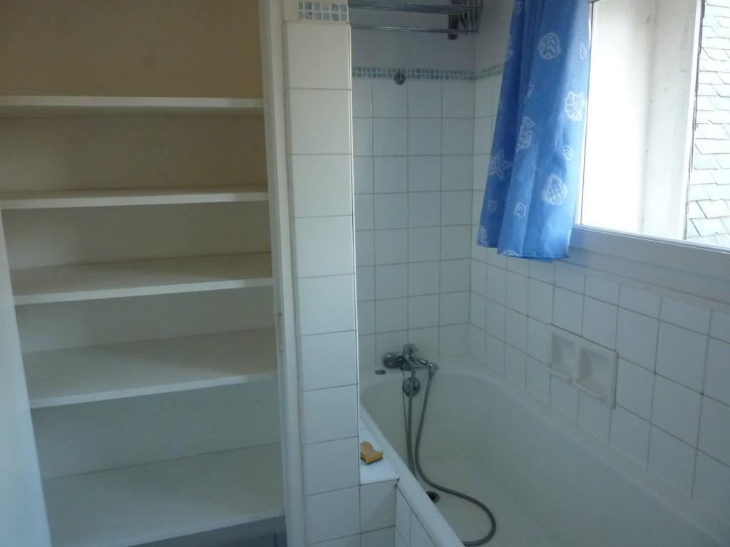 Salle de bains au 1er; côté baignoire et placard