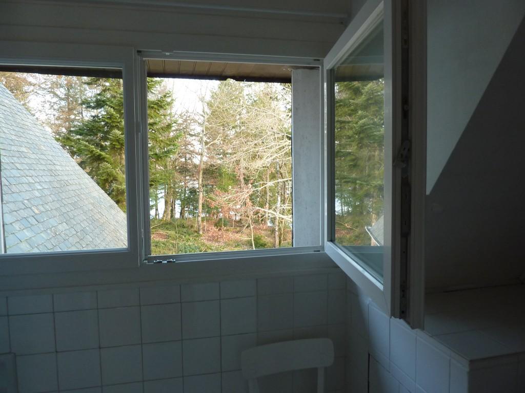 Vue à partir de la salle de bains à l'étage - coté nord, au fond la rivière, à travers bois