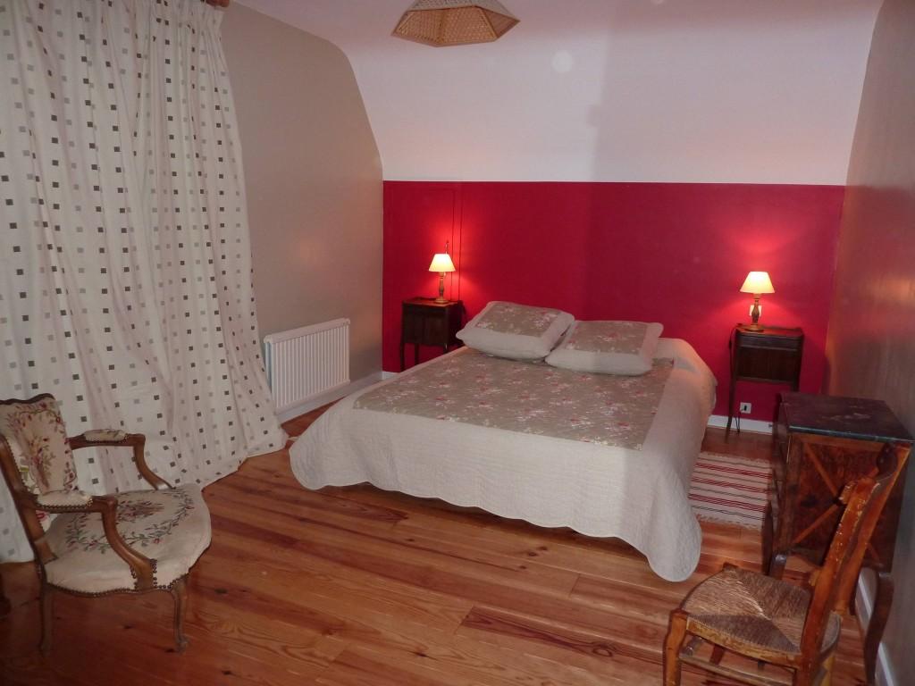 Chambre 2 - Exposition Est . Vue sur la rivière. Un lit double 160 x 200 . 1 placard penderie. 1 placard avec lavabo.
