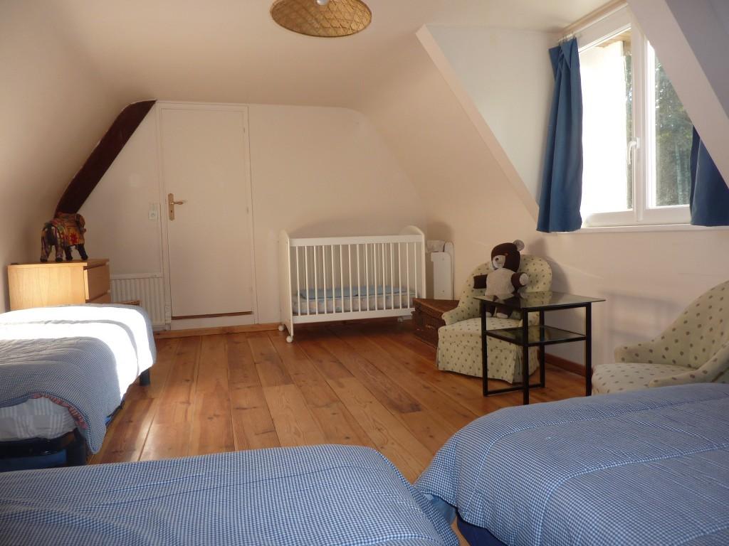 Chambre 6 - Exposition Ouest - 3 ou 4 lits (un lit coulissant sous un autre) 80 x 200. dont 2 lits jumeaux pouvant etre reunis + un lit de bébé à barreaux.