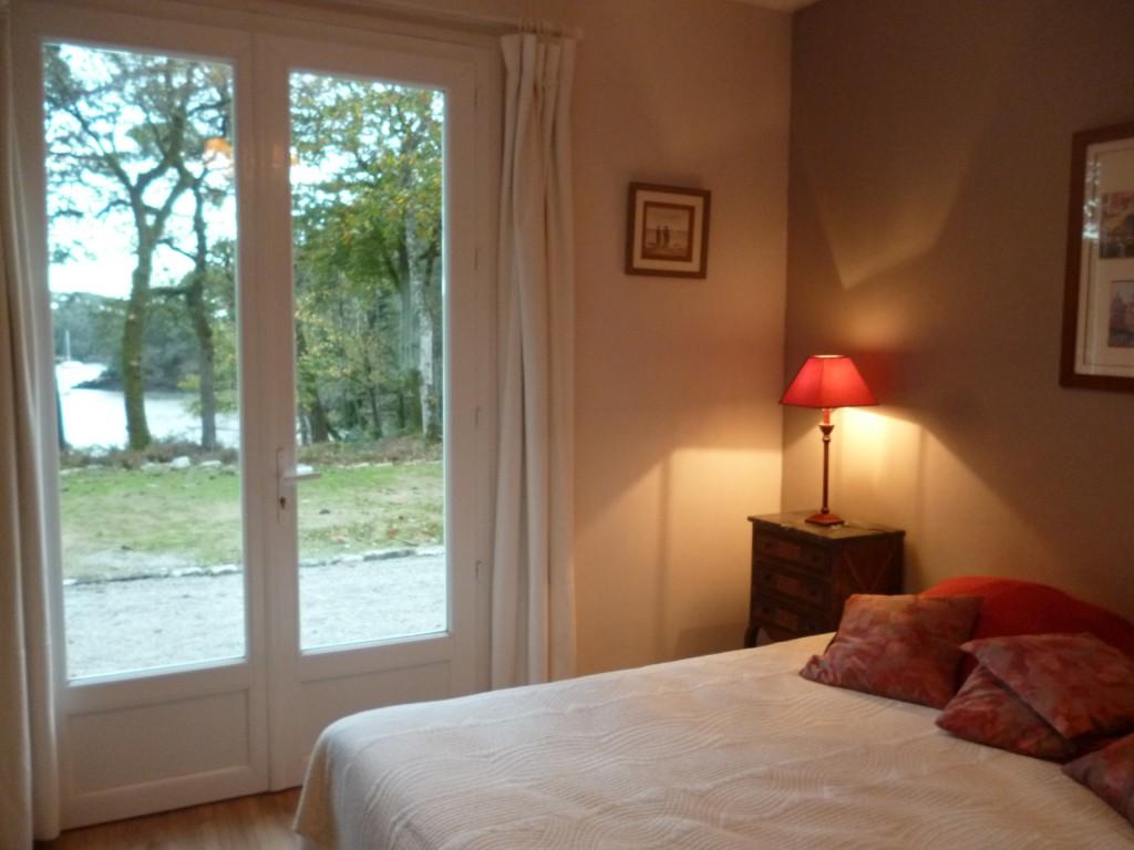 Chambre du rez de chaussee avec un grand lit double 160 x 200 . Exposee Sud. Porte fenêtre sur terrasse au Sud. Avec salle d 'eau (douche italienne et lavabo, une penderie et un grand placard.