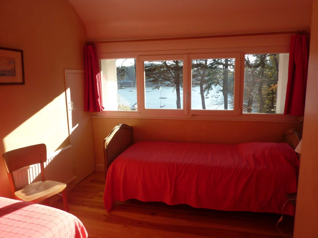 Chambre 3 - Fenetre sur toute la largeur, côté sud, vue sur rivière. 2 lits de 80 x 200
